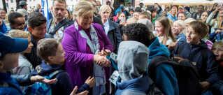 Norges statsminister og formand for det konservative regeringsparti Høyre, Erna Solberg, fører valgkamp i Oslo. Ifølge meningsmålinger står hendes parti til at vinde mandagens valg.