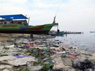 Plastik langs kysten i Indonesien.