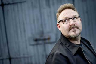 Det er Nikolaj Peyk, der har skrevet teksten til 'Jul det' cool', men de seneste mange år har han primært arbejdet som manuskriptforfatter og instruktør.