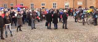 Flere hundrede var mødt op til direkte transmission af dagens pressemøde i slotsgården ved Sønderborg Slot.