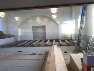 Håndværkerne er i fuld gang med at forvande det store lokale til et folkeligt forsamlingshus.