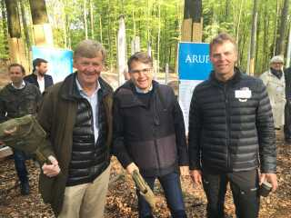 Der var store smil at finde hos godsforvalter for Gisselfeld Kloster, Jens Risom, erhvervsminister Brian Mikkelsen (K) og Jesper Mathiesen fra Camp Adventure.