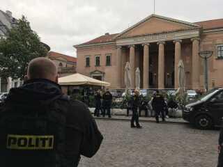 Der var stort politiopbud og flere fremmødte unge mænd ved Københavns Byret den 26. september 2018, da flere af de nu tiltalte blev varetægtsfængslet. Foto: DR