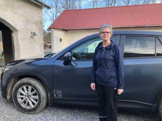 Birgit Jensen tror, det vil tage noget tid, før hun får udskiftet den dieseldrevne Mazda med en elbil.