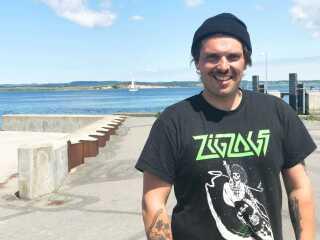 - Vi elsker Avernakø helt i ind hjertet, siger Jacob Stadil, der her ses på havnen på Avernakø. Han er medarrangør af Avernax.