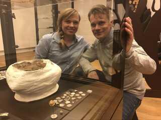 Iben Kehlet Sejersen og Michael Kildal Frederiksen ved montren, hvor deres fund - sølvskatten og guldperlen - er udstillet. Deres fund er også kendt som Errestedskatten.