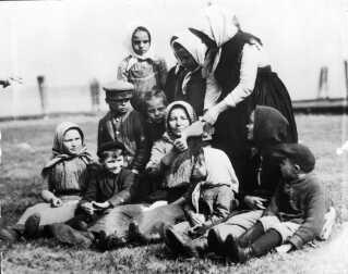 Mor og børn på Ellis Island ud for New York i starten af 1900-tallet. Her blev alle indvandrerne registreret.