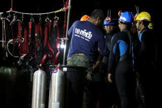 Thailandske dykkere er samlet ved Tham Luang-grotten i det nordlige Thailand.