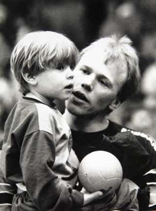 Mikkel Hansen i sin far Flemmings favn, da Mikkel er cirka to og et halvt år gammel. Lørdag d. 5. januar blev Mikkel Hansen selv far.