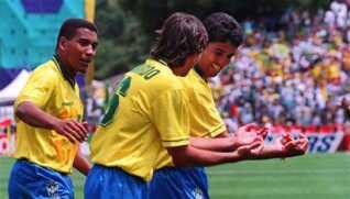 Bebeto (til høre) laver vuggejublen sammen med Mauro Silva og Leonardo under VM i 1994, hvor han lige var blevet far,