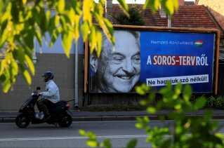Plakater, der advarer om George Soros' indflydelse i Ungarn, hænger mange steder i hovedstaden Budapest.