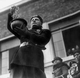 Benito Mussolini døde i 1945, hvor han blev skudt af italienske partisaner.
