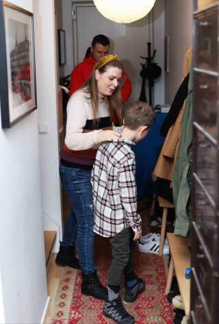 Når familien er sendt godt af sted, kravler Malene selv op i husets førstesal. Nu skal hun nemlig selv i gang med dagens arbejde som fuldtidsforfatter.