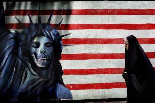 Muren til den tidligere amerikanske ambassade i Teheran med anti-amerikansk graffiti.