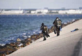 Dykkere blev i går sendt i vandet, da politiet fik meldingen om fundet af et kvindelig på Amager.