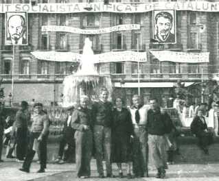 En gruppe danske spaniensfrivillige foran Hotel Colon i Barcelona.