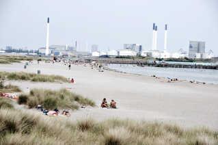 Badende i solskin på Amager Strand. (Casper Christoffersen/Scanpix 2010)