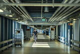 En transportkorridor på en af de øverste etager i det nye hospitalsbyggeri forbinder afdelingerne på sygehuset.