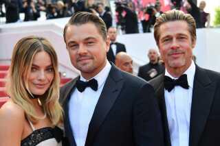 Filmens skuespillere Margot Robbie, Leonardo DiCaprio og Brad Pitt poserer for fotograferne ved premieren i Cannes.