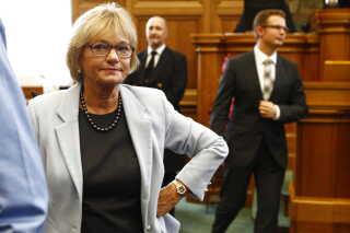 Pia Kjærsgaard i folketingssalen ikke længe efter, at hun har meddelt, at hun stopper som partiformand. (Foto: Nils Meilvang/Scanpix 2012)