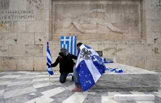 Det græske parlament skal mandag mødes for at ratificere - altså endeligt godkende aftalen, som blev indgået i juni sidste år.