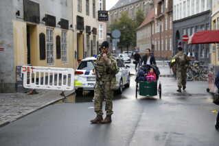 Det er besluttet politisk, at i alt 160 soldater skal aflaste betjente ved grænsen og i bevogtningen af jødiske institutioner. Ingen ved, hvor længe de bevæbnede soldater skal stå på gaden. . (Foto: Nikolai Linares/Scanpix 2017)
