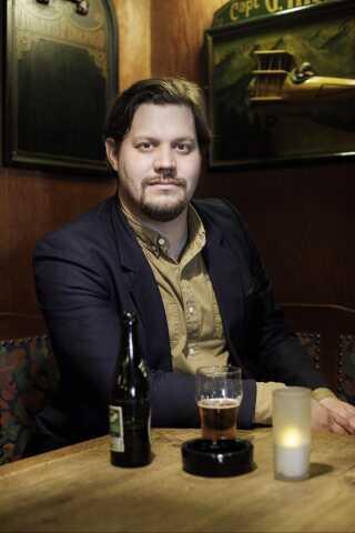 Teaterinstruktør Jonas Preben Jørgensen står bag teaterstykket 'Én til, tak'. Han elsker at komme på værtshus for at få en specialøl og ikke mindst en snak med stamkunderne.