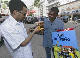 I Congo er der også Tintin-fans. Her ses en mand i gang med at sælge figurer og andre ting inspireret af Tintin-universet på gaden i Congos hovedstad Kinshasa.