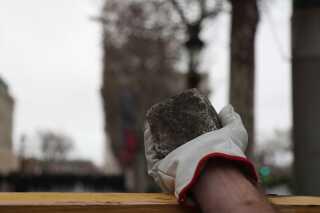 Demonstranterne angreb flere steder politiet med brosten, og nogle var bevæbnede med slagvåben og stenslynger.