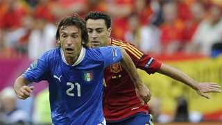 Andrea Pirlo ses her sammen Xaxi under EM-finalen i 2012, hvor Spanien vandt 4-0.