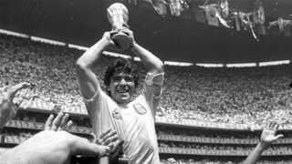 Diego Maradona med VM-trofæet efter 3-2-sejren over Vesttyskland i finalen i 1986.