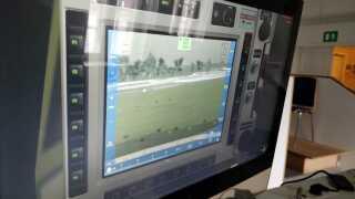 På Almegårds Kasernes computere benyttes en touch-skærm, hvor soldaterne kan vælge hvilket våbensystem, de vil bruge mod den virtuelle fjende.
