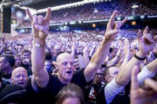 Der blev flashet masser af djævletegn blandt publikum til koncerten i Parken.