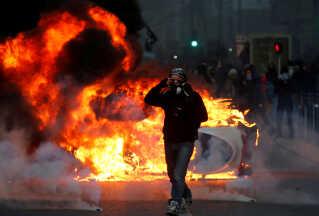 De fleste steder var demonstrationerne fredelige, men der var også optøjer i flere større byer som Lyon, Marseille (billedet), Bordeaux og Toulouse.   Også i Belgien opstod der protester, og flere hundrede blev anholdt i Bruxelles.