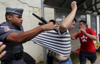 Der opstod tumult mellem politi og tilhængere af Lula da Silva ved hans hus efter nyheden om tilbageholdelsen.
