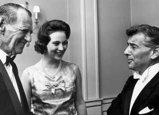 Hvor er Leonard Bernstein? Her hilser afdøde kong Frederik og en ung prinsesse Benedikte på den berømte komponist - men på nutidens streamingtjenester er han nogen gange lidt sværere at finde ...