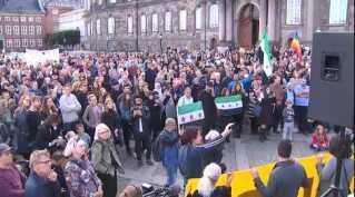 Folk samledes i dag foran Christiansborg for at vise støtte til ofrene for konflikten i Syrien.