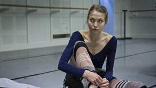 Det er den professionelle balletdanser Astrid Grarup Elbo, der spiller Polly.