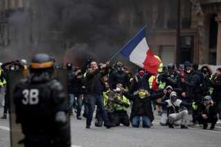 Protestbevægelsen, der har fået navnet 'De gule veste', har ingen topstyring og består ifølge eksperter af en broget forsamling af franskmænd fra hele det politiske spektrum. Fra det yderste højre til det yderste venstre.