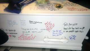 Familien og venner havde skrevet beskeder på kisten til begravelsen.