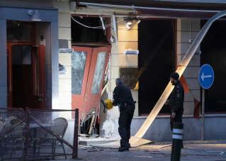 Bombeeksperter undersøger den lukkede natklub i Adelgatan i det centrale Malmø.