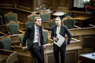 En del af forklaringen på DF's faldende meningsmålinger skal findes i utilfredshed med det tætte parløb mellem DF-formand Kristian Thulesen Dahl og S-formand Mette Frederiksen, vurderer en række DF-lokalformænd.