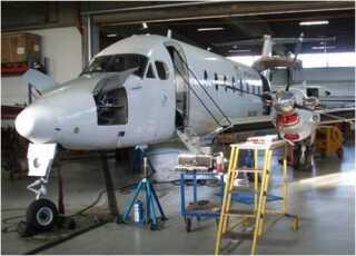 I 2011 blev sporingsgruppen kontaktet af myndigheder i Holland, der mente, at der stod et fly i en hangar i Jylland, som var betalt med udbytte fra svindel for 1,2 milliarder kroner. Og ganske rigtigt. I Nordjylland stod et topmoderne turbofly Beechcraft 1900D med plads til 18 passagerer.