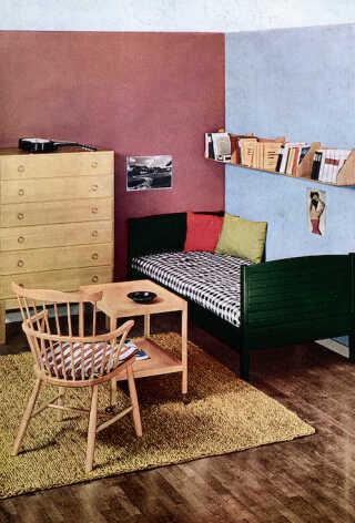 Med møbelarkitekter som Børge Mogensen, forsøgte FDB fra 1940'erne at skabe en moderne møbelproduktion til almindelige mennesker. Her ses en gammel møbelreklame fra FDB.