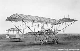 Henry Farman – også kaldet 'Glenten' – var et af de første fly i dansk militærvæsen. Flyet var selvbygget af flyentusiast Robert Svendsen. Det kunne flyve 80 km/t og havde ingen våben. De første fly var svære at styre, så eleverne måtte ikke tage chancer. Man ville for alt i verden undgå et havari.