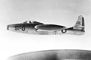 Op igennem 1950'erne modtog Danmark en række fly i militærhjælp fra USA. Thunderjet F-84E var det første fly. Det kunne flyve 985 km/t og var bevæbnet med seks 12,7 millimeter MG og 910 kilo bomber eller raketter.
