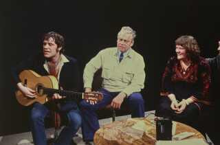 Dirch Passer blev nærmest kendt for sine Kim Larsen-paradodier, og i 1980 mødtes de to på DR1 i programmet 'Lørdag - lige nu'. Her ses de sammen med Lone Kellermann, der for alvor blev kendt med sangen 'Se Venedig og dø', som Kim Larsen gav hende som gave. Dirch Passer døde desværre kort tid efter - i september 1980.