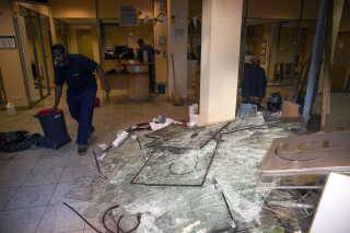 Flere forretninger blev udsat for hærværk. På billedet ses oprydningen af en bank, der er blevet vandaliseret. På forhånd havde flere banker sikret sig mod 'De gule veste' ved at afskærme og sikre vinduer og ruder.