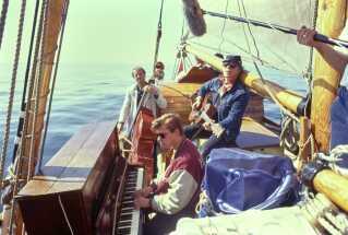 I programmet 'Danmark Dejligst - På togt med Erik Wedersøet' spillede Kim Larsen til søs i 1991