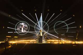 Der var godt gang i lysshowet under Lukas Grahams koncert. Under sangene om Lukas Forchhammers mor og far, dukkede der familiebilleder op bag bandet.